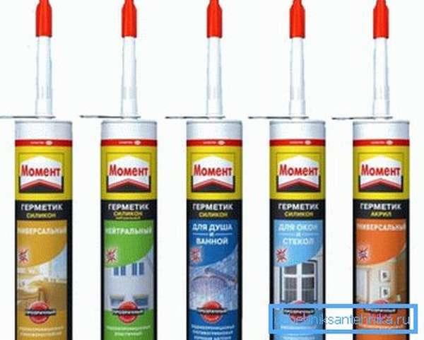 Лучше взять качественный герметик от Момент или Ceresit. Дешевые составы отличаются плохой адгезией к гладким поверхностям.