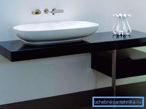Любительское фото дизайнерского стола, который специально разрабатывался под конкретную модель раковины и выпускается ее производителем