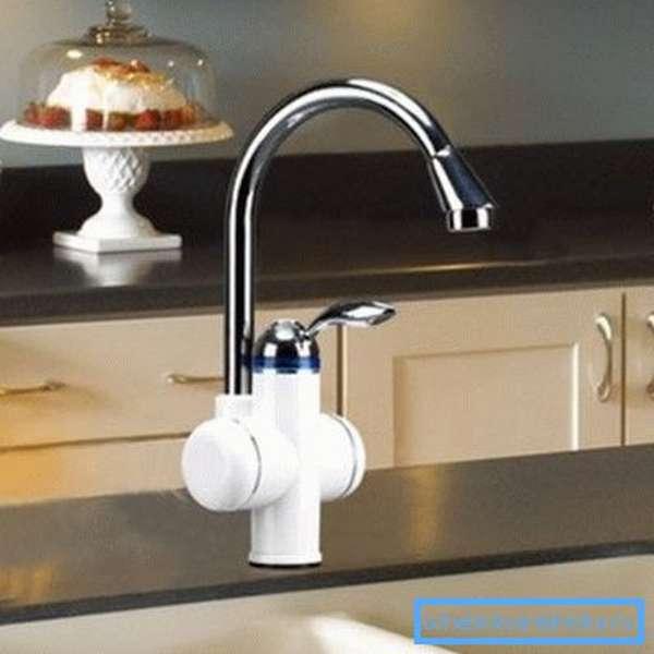 Любительское фото крана, в котором реализована система подогрева воды за счет использования электрического тэна