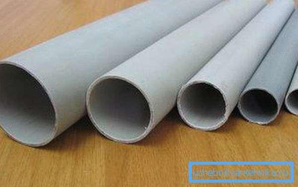 Любительское фото, на котором представлены все виды ПВХ труб, которые использую при внутреннем монтаже канализаций