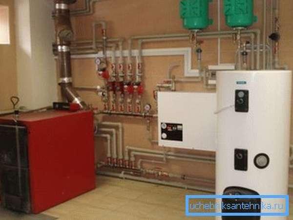 Любительское фото необходимого оборудования для полноценной реализации отопления в доме с подачей горячей воды и подогревом пола