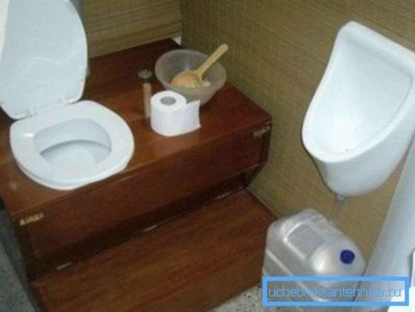 Любительское фото оригинального дизайнерского решения для обустройства туалета дачного типа