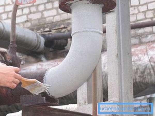 Любительское фото, процесса нанесения красителя на поверхность конструкции из труб