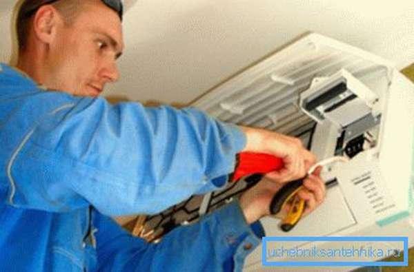 Любительское фото, процесса ремонта кондиционера, который также является разновидностью вентиляции