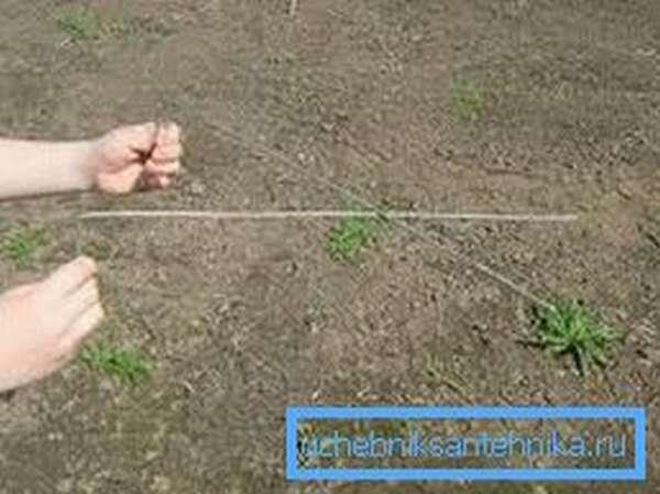 Любительское фото самого спорного метода поиска воды, который предполагает использование алюминиевых рамочек