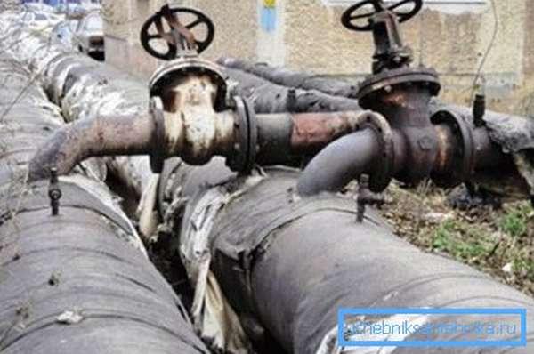 Магистрали с горячей водой утепляют не только из соображений предотвращения возникновения конденсата, но и для энергосбережения