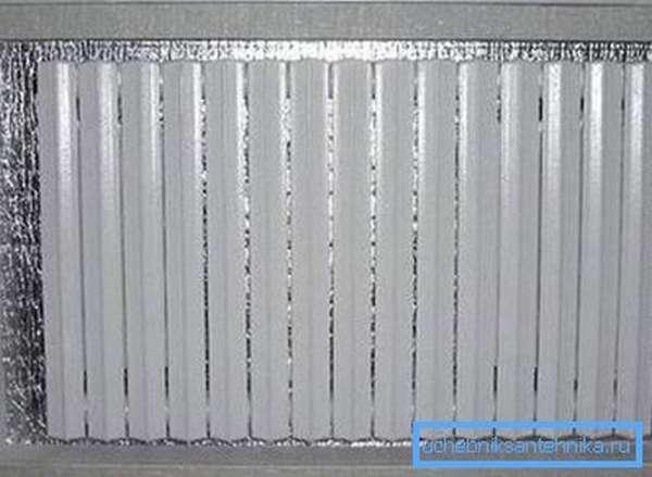Маленькая хитрость – если вы чувствуете, что радиатор не справляется со своей задачей, закрепите на стену (за ним) теплоотражающую пленку, это поможет сократить потери тепла на 15-20 %