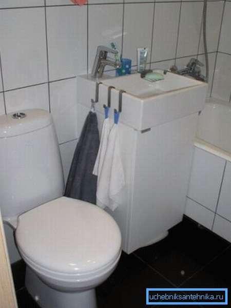 Маленькая раковина с тумбой для туалета небольшой площади