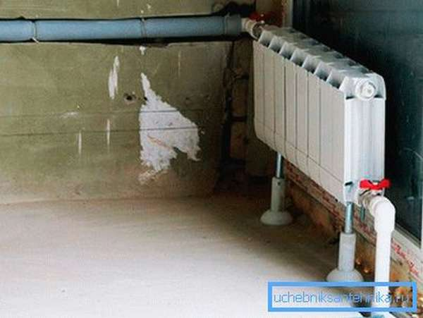 Маскировка труб в помещениях кирпичных и каменных домов