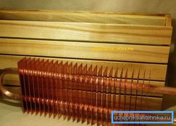 Медный радиатор также будет хорошо смотреться в помещении, особенно при использовании труб из этого же материала