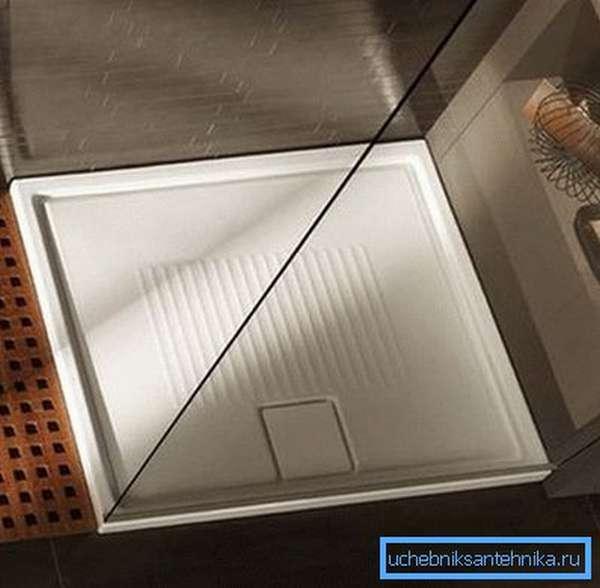 Мелкий душевой поддон 90 на 90 см с прозрачным ограждением