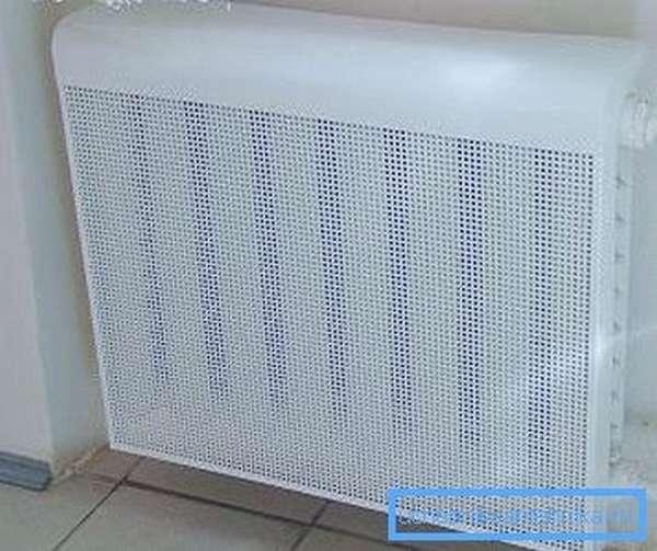 Металлические навесные экраны для батарей отопления помогают скрыть неэстетичность чугунных секций
