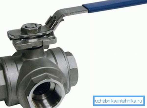 Металлический трехходовой водопроводный кран
