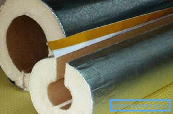 Между собой половинки цилиндров скрепляются клеящей лентой