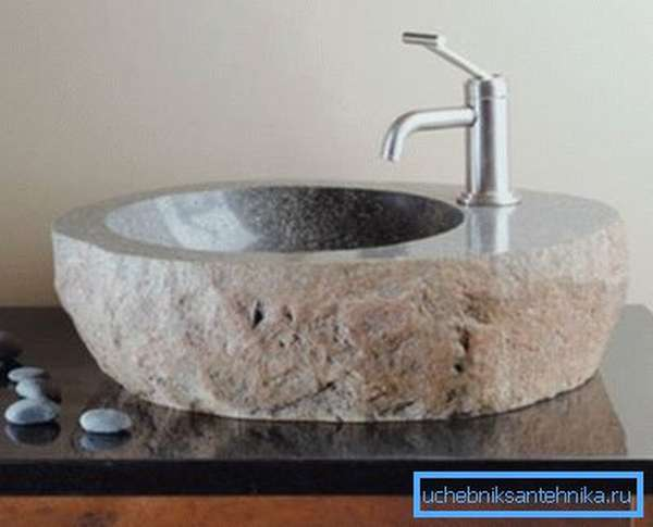 Монолитная чаша из натурального камня.
