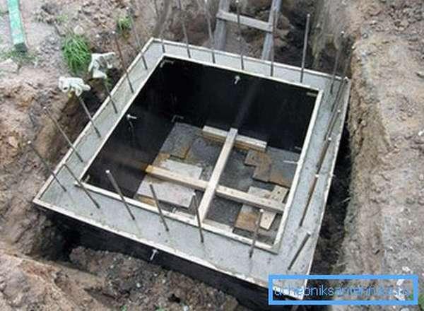Монолитные колодцы требуют строительства сложных опалубок.