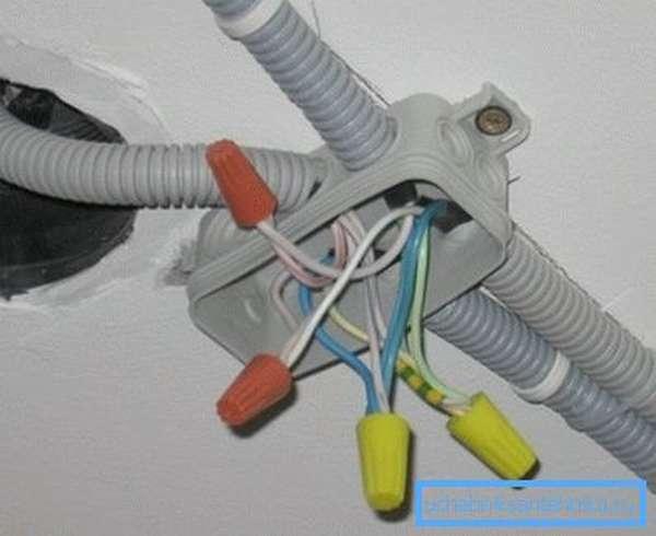 Монтаж кабеля в гофрированных трубах.