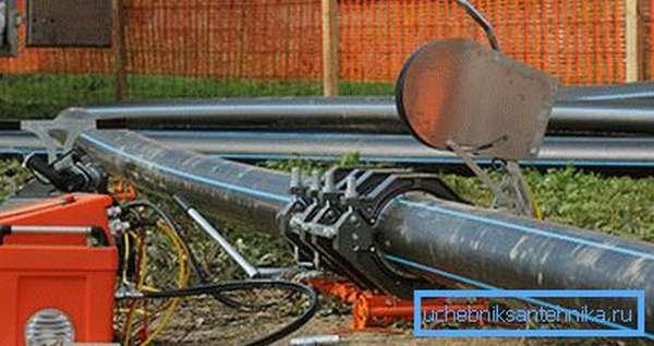 Монтаж полиэтиленового водопровода в коттеджном поселке.