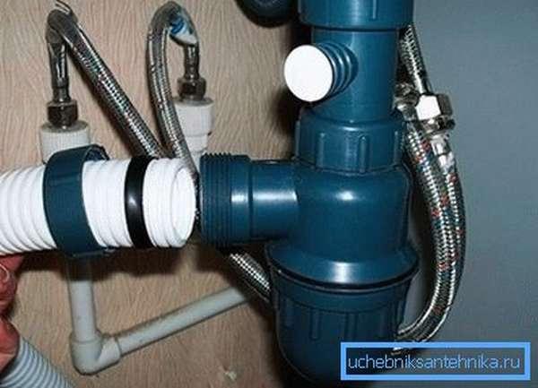 Монтаж сифона и подсоединение к канализации