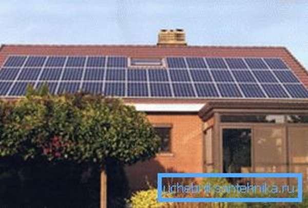 Монтаж солнечных батарей на крыше.