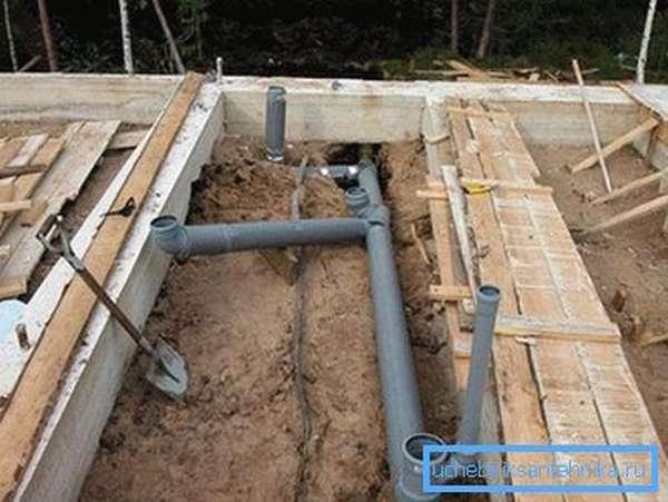Монтаж труб в процессе строительства