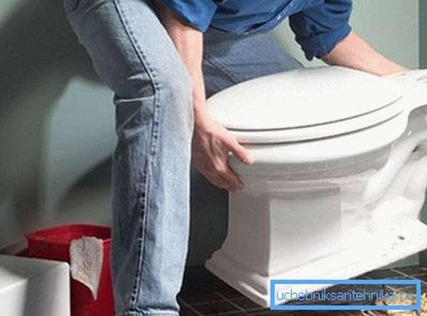 Монтаж унитаза – мужская работа, требующая физической силы и технической смекалки.