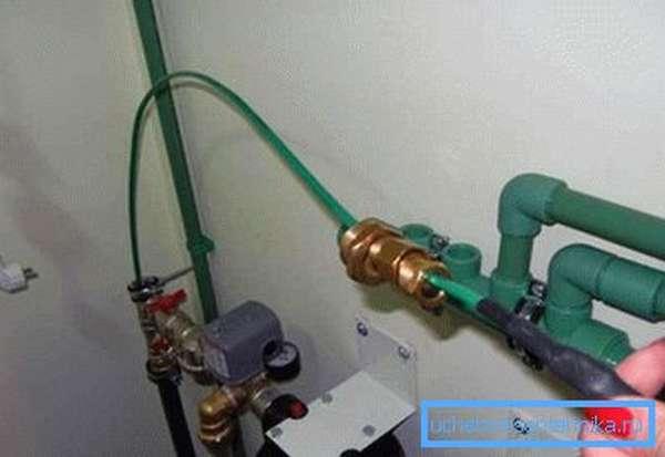 Монтируем греющий кабель в трубу