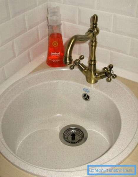Моющее средство для посуды прекрасно подойдет и для ежедневного очищения раковины