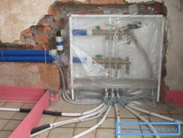 Можно спрятать трубы в стяжке пола на этапе черновой отделки или капитального ремонта.