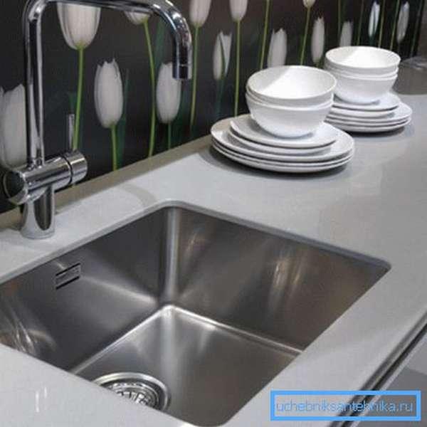 Мытые тарелки аккуратно выстраиваются рядом