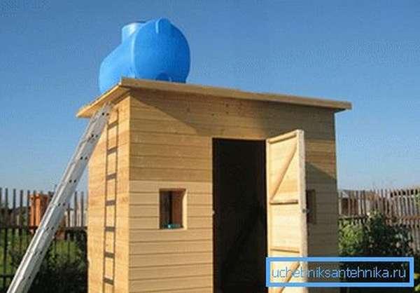 На дачах часто строят садовый душ из дерева своими руками.