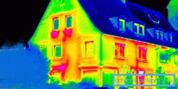 На экране тепловизора хорошо видна утечка тепла через окна.