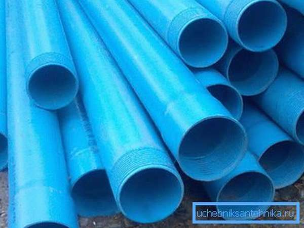 На фото - обсадные пластиковые трубы