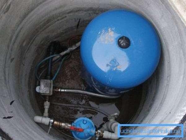 На фото - размещение оборудования для подачи воды в дом из скважины в кессоне