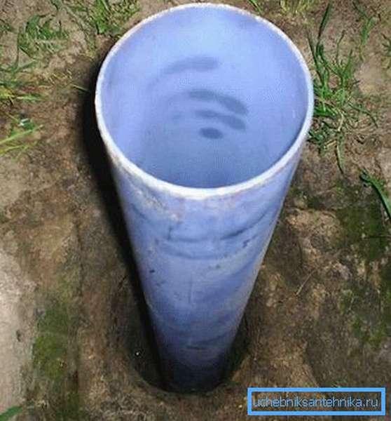 На фото - скважина с обсадной трубой