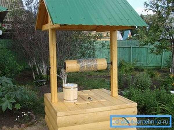 На фото – оформление источника воды в виде сруба