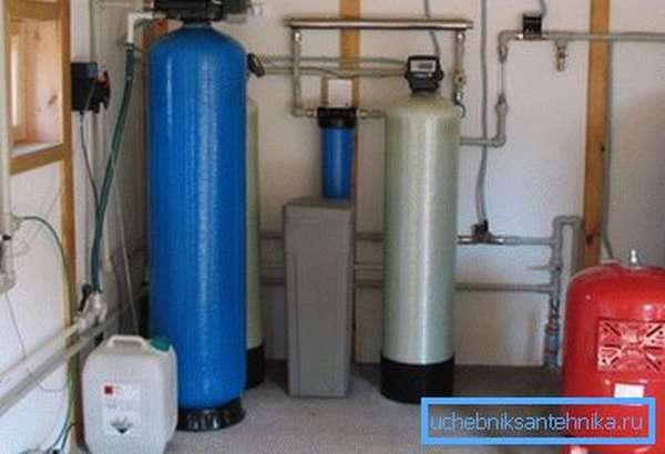 На фото- промышленная система водоподготовки