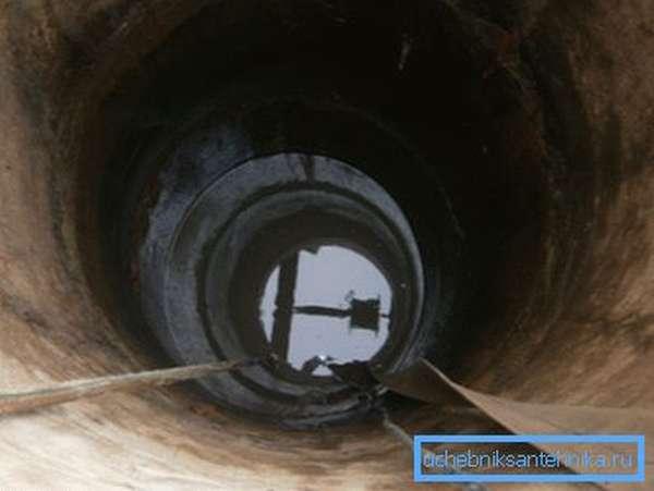 На фото- водозаборная шахта с погруженным насосом