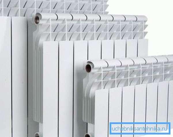 На фото - алюминиевые радиаторы с разным межосевым расстоянием.