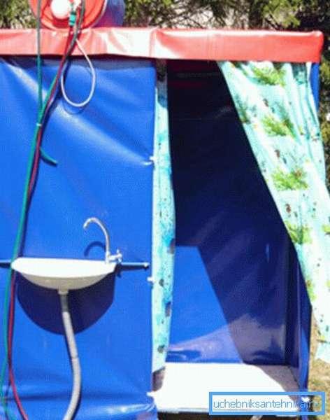 На фото – автономная кабинка с подогревом воды.
