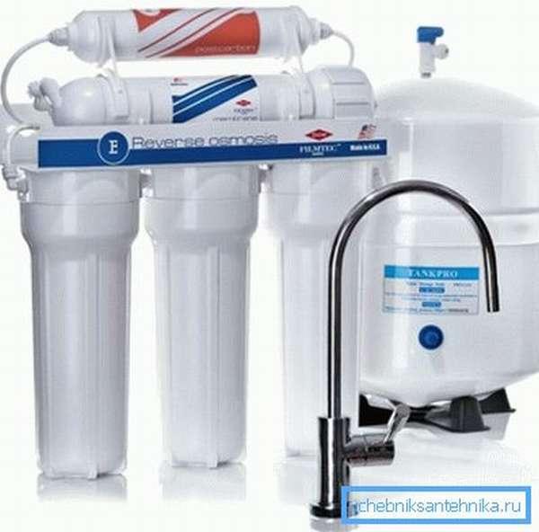 На фото - бытовая система фильтрации питьевой воды.