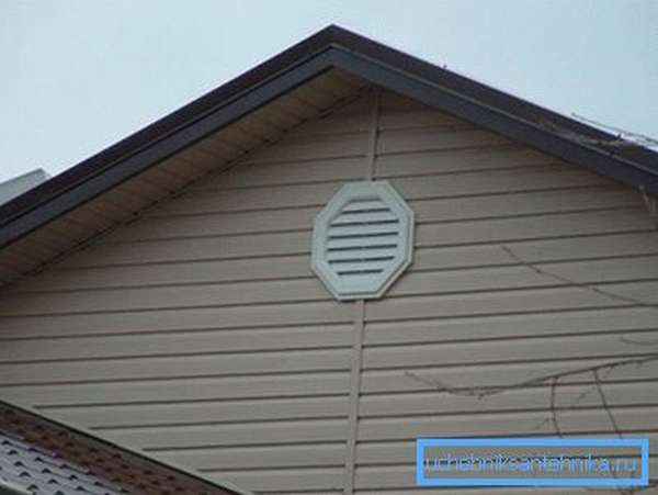 На фото демонстрируется дом с фронтонной вентиляцией.