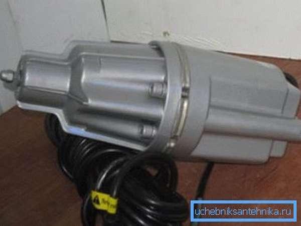 На фото демонстрируется погружной прибор для перекачивания воды.