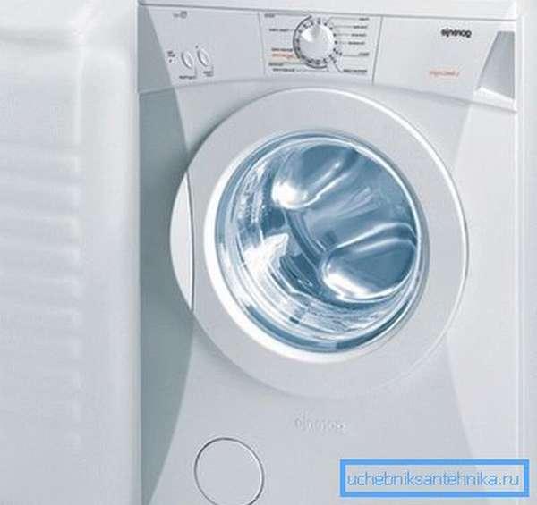 На фото демонстрируется стиральная машинка без подключения к водопроводу.