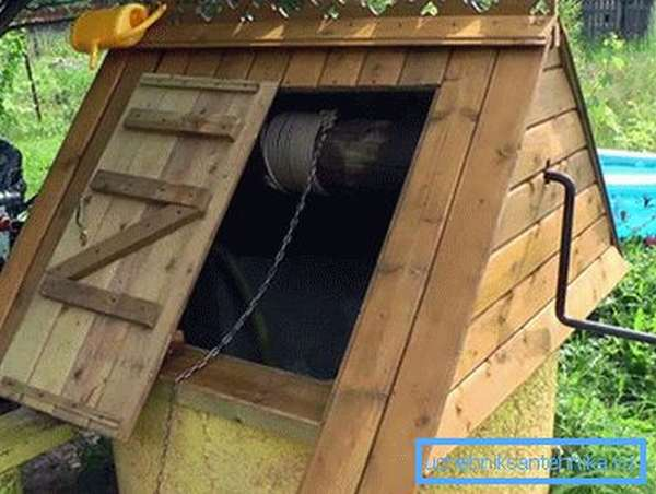 На фото домик на верхнем бетонном кольце корпуса колодца – сооружение простое, но чертеж домика на колодец всё-таки будет необходим