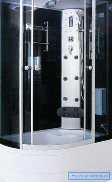 На фото: душевые кабины 120 на 80 с высоким поддоном по вместимости не уступают небольшой ванне, а по функциям превосходят ее в разы