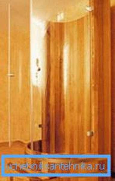 На фото: душевые кабины для бани из дерева – отличное решение, прекрасно вписывающееся в окружающую обстановку