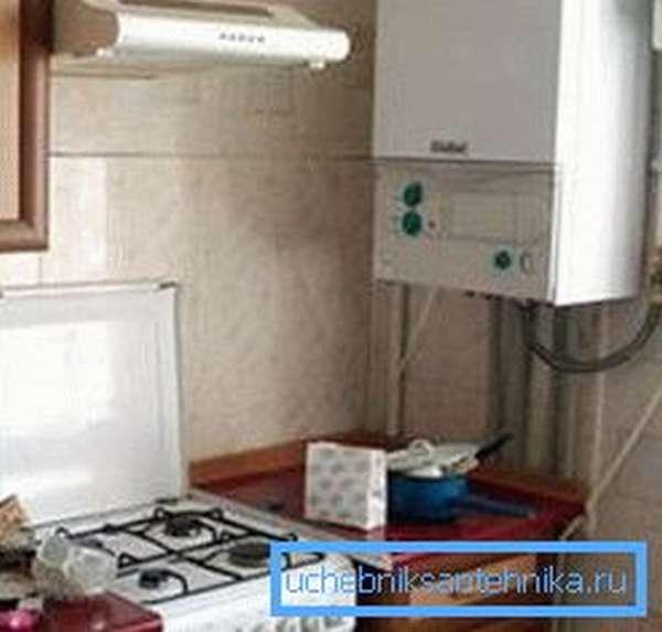 На фото – двухконтурный современный газовый котел для автономного квартирного обогрева