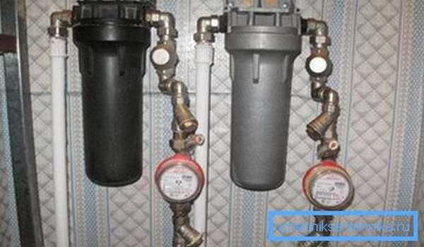 На фото: если у вас подведена и горячая, и холодная вода, то понадобится два очистительных узла