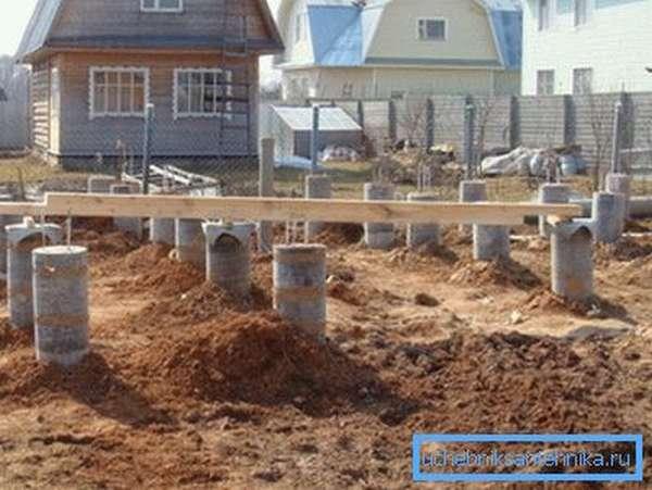 На фото - фундамент из бетонных труб